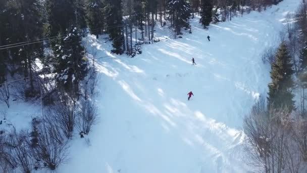4k. Antény. Zimní čas v horách hills. Lyžařský vlek s lyžaři siluety
