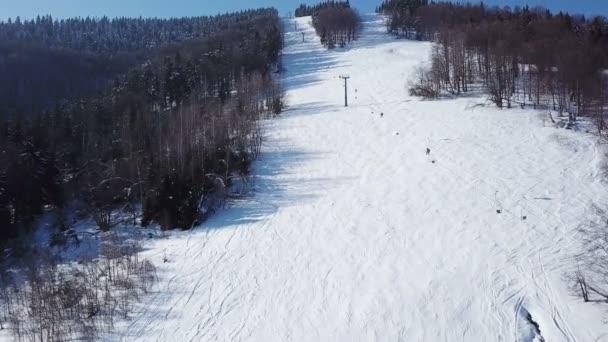 4k. Antény. Lyžařský vlek s lyžaři siluety v mountain hill