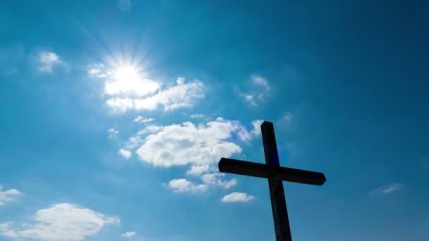 4 k. kříž a slunce s mraky Timelapse. Modrá obloha