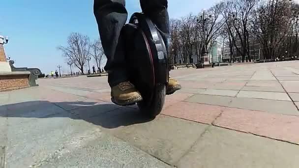 Monorad auf die Stadt. modernes Elektro-Transport-Team. Zeitlupe