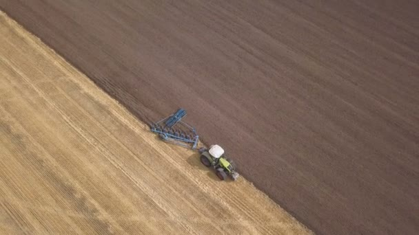 4k Légierő. Fel a traktor fölé ekével a mezőn. Mezőgazdasági munkaközösség, felülnézet