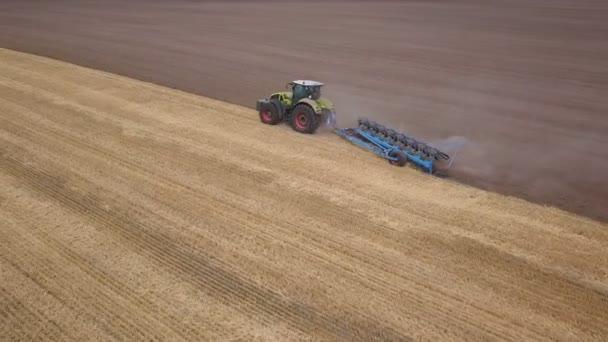 4k Aerial. Zemědělské práce, traktor s pluhem na poli.