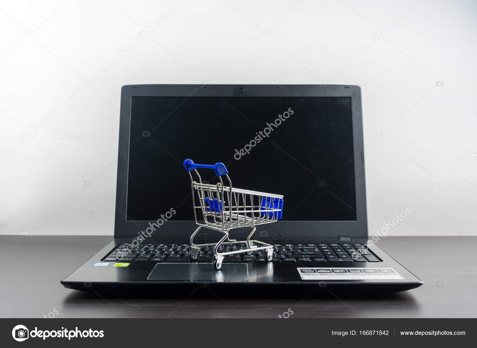 Ordinateur portable blanc cran avec panier sur la table for Panier d ordinateur portable ikea