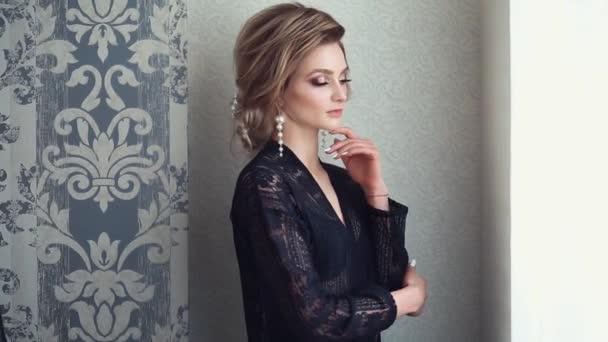 Mladá krásná nevěsta v černém budoár
