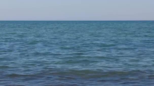 Moře a nebe pozadí. Pozadí: malé vlny na moři a modrá obloha
