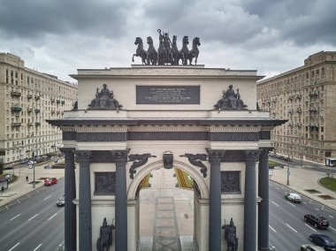 Triumphal arch and Stalinism residential buildings on Kutuzovskiy avenue. Aerial view