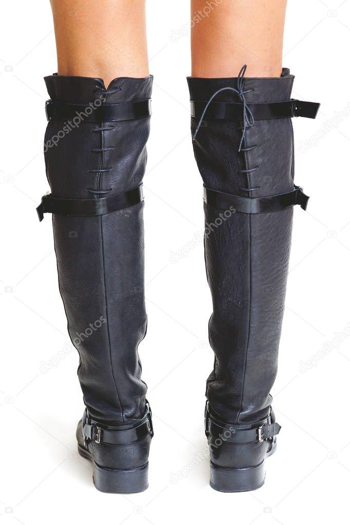 Torneadas piernas mujer en botas altas. vista trasera — Foto
