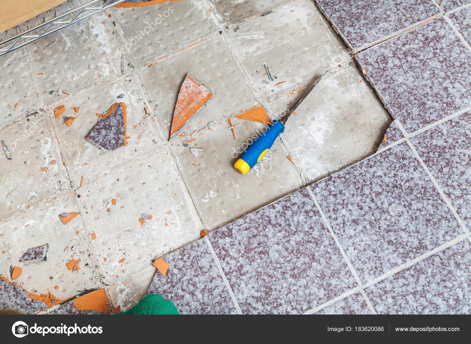 Riparazione di mattonelle quadrate sul pavimento u foto stock