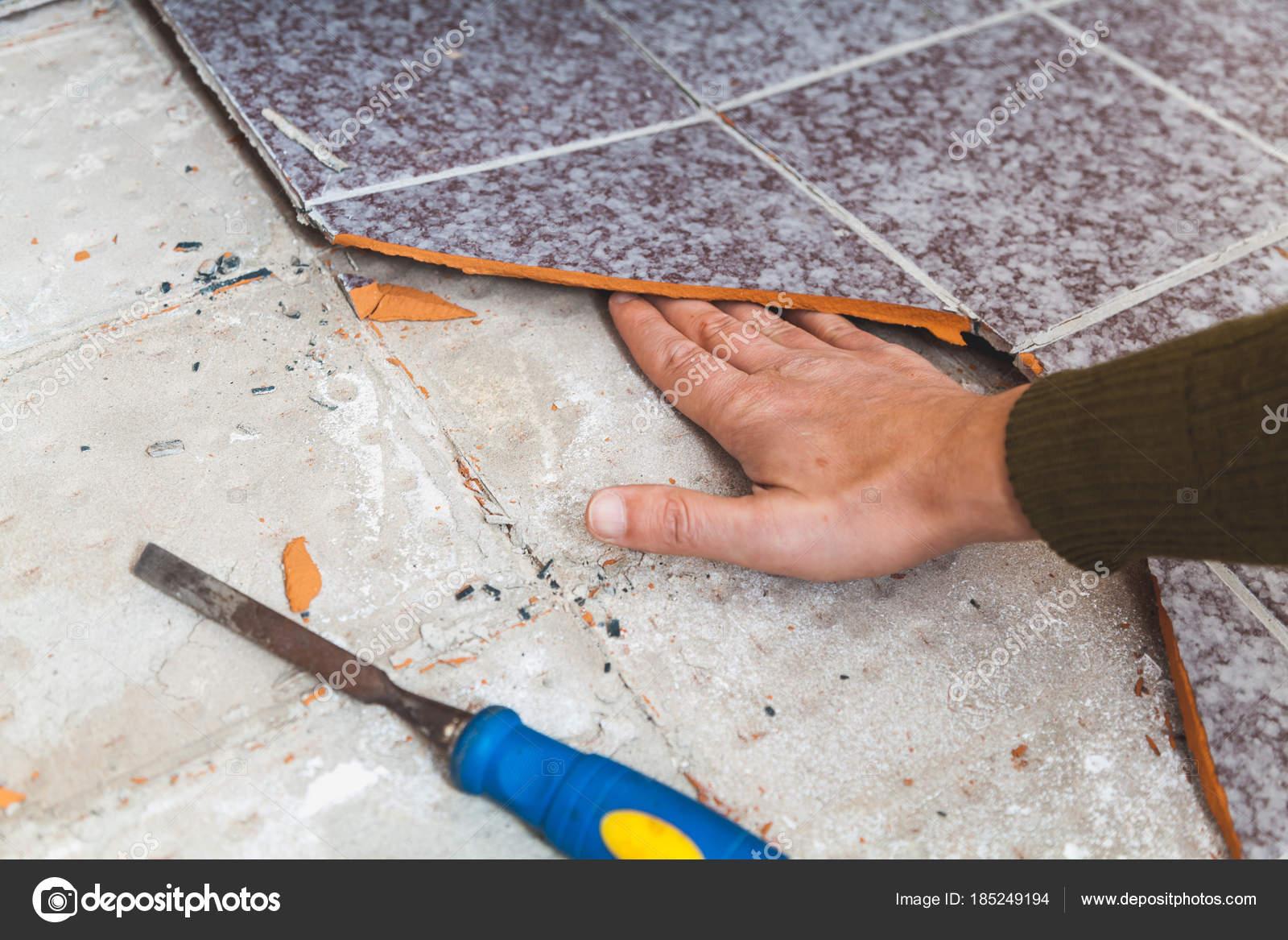 Gli uomini posare piastrelle pavimenti decorativi multicolori in