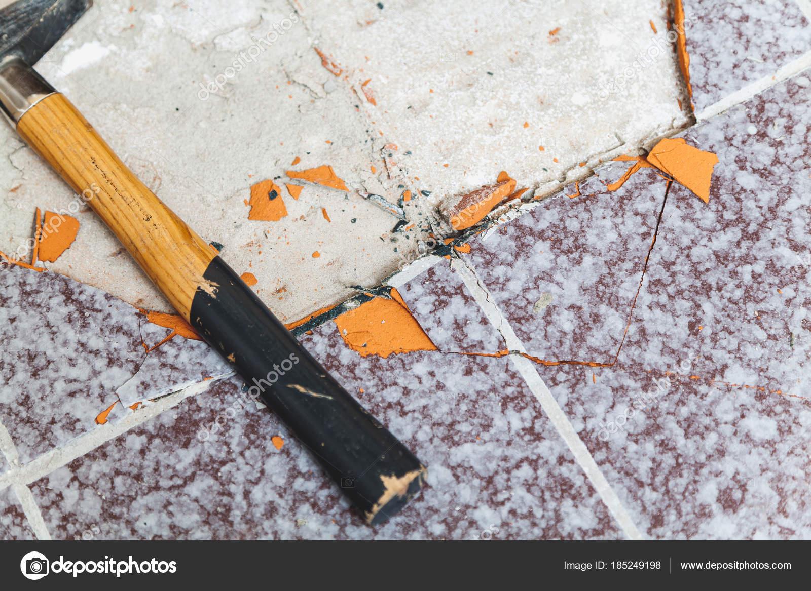 Hammer liegt auf dem boden ohne fliesen stockfoto glebchik 185249198 - Boden flussigkunststoff auf fliesen ...