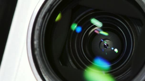 Kompakt fényképezőgép (pont és lövés) lencse és rekesz mechanizmus közeli felvételei. Tükröződés, lencsevillanás. Hurok