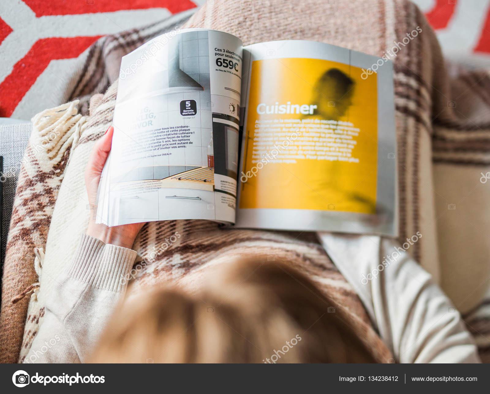 Mujer Catálogo Ikea comprando muebles de cocina — Foto editorial de ...