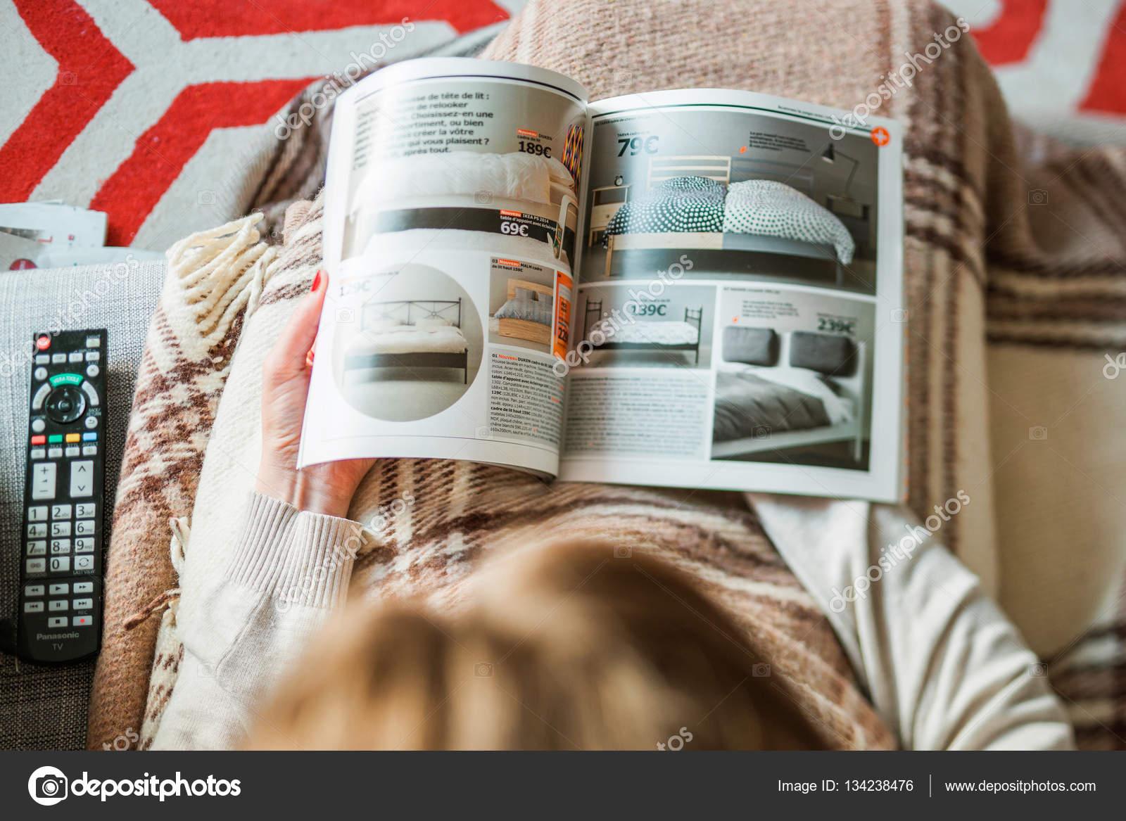Vrouw lezen van ikea catalogus kopen van beddengoed voor