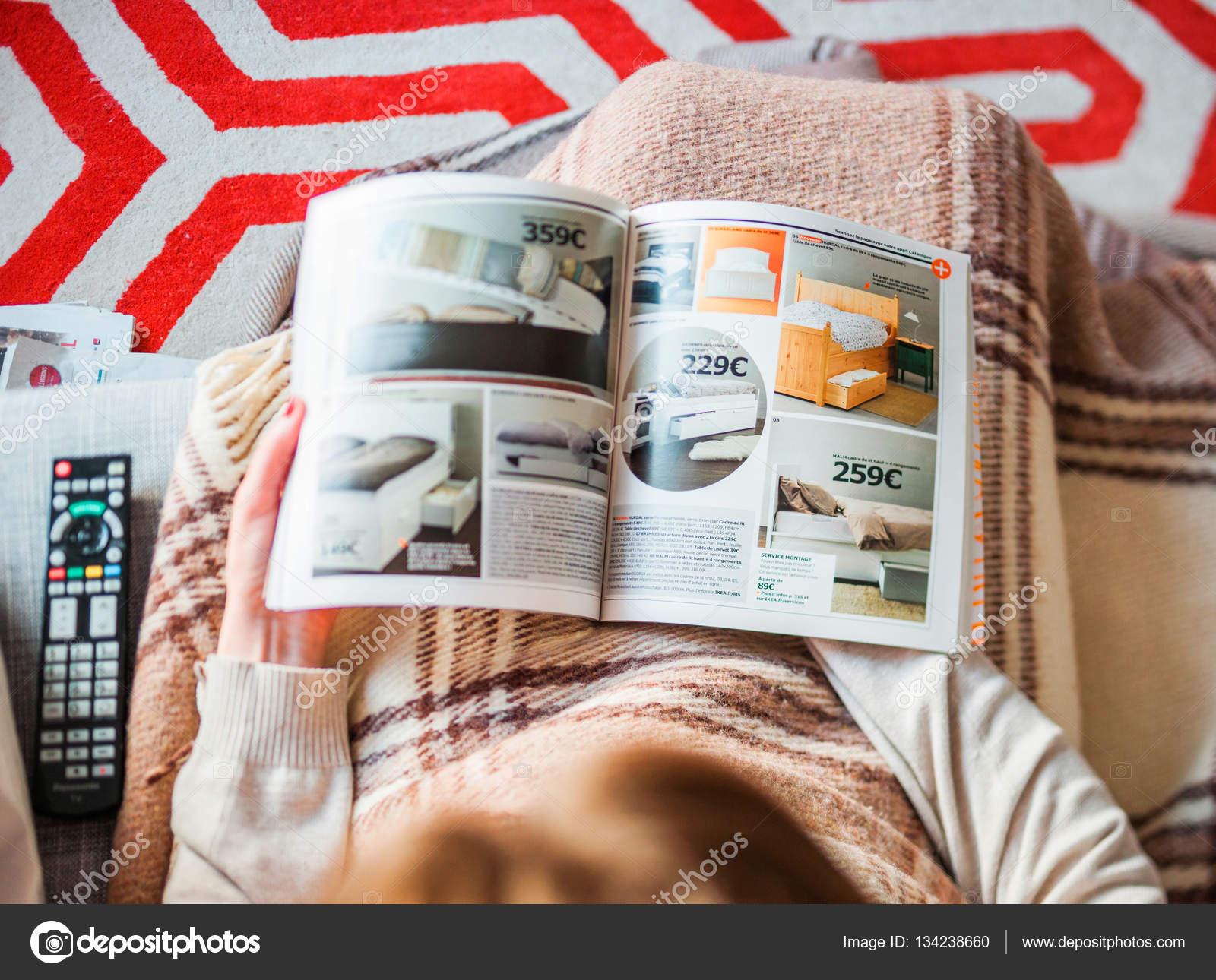Vrouw lezen van ikea catalogus kopen van meubilair van de