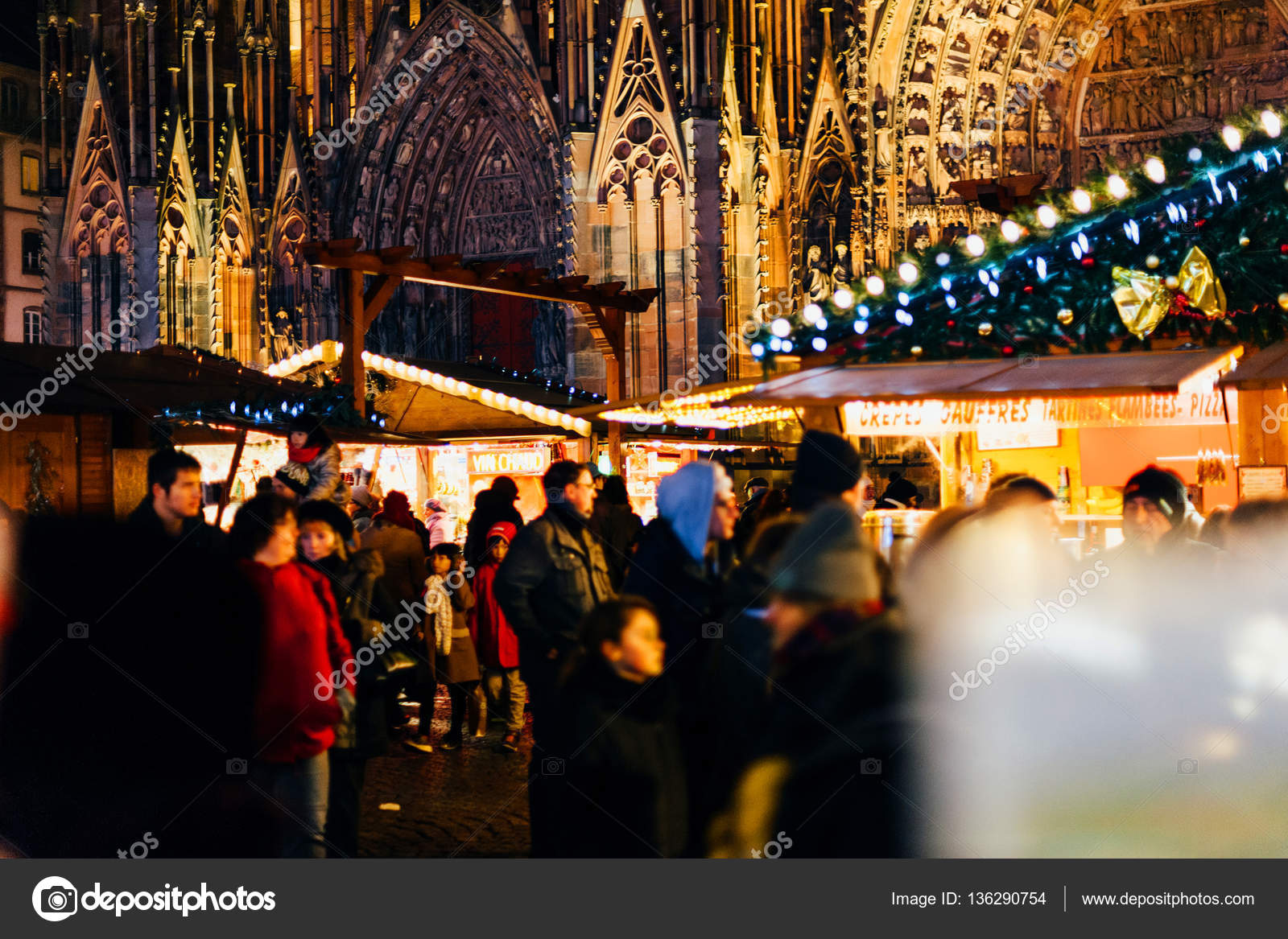 Notre-Dame cathedral with tourists and Christmas Market holidays ...
