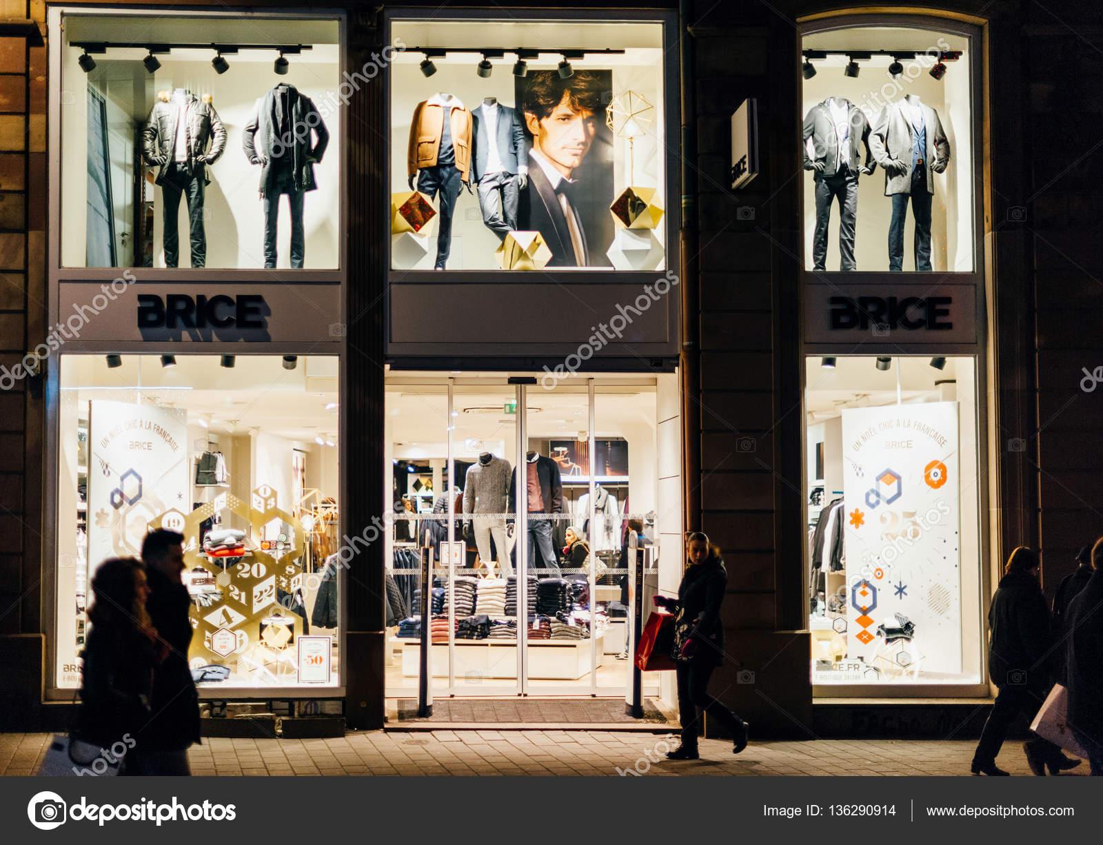 eebf7e19d ... 2016  Tienda de pret-a-porter masculino Brice ciudad francesa con  clientes a pie delante de los ventanales admirar la ropa - tienda francesa  ropa — Foto ...