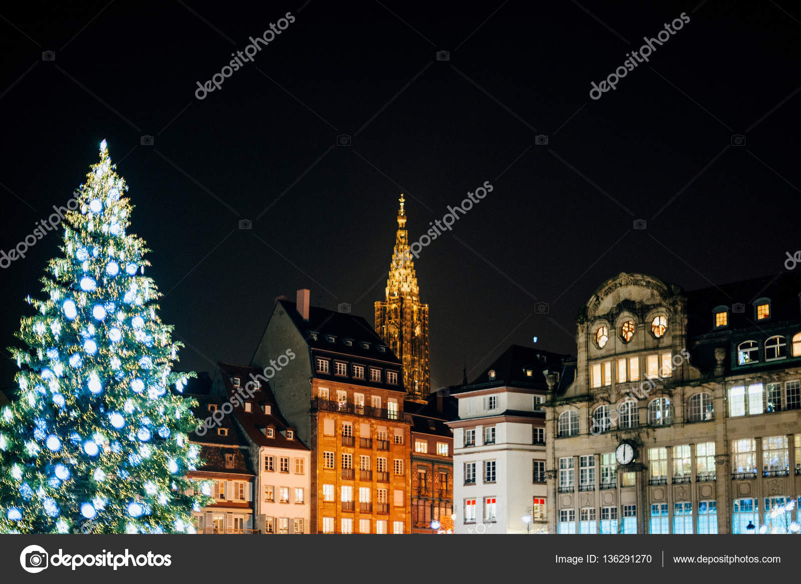 Christmas Tree and Notre-Dame cathedral at night — Stock Photo ...