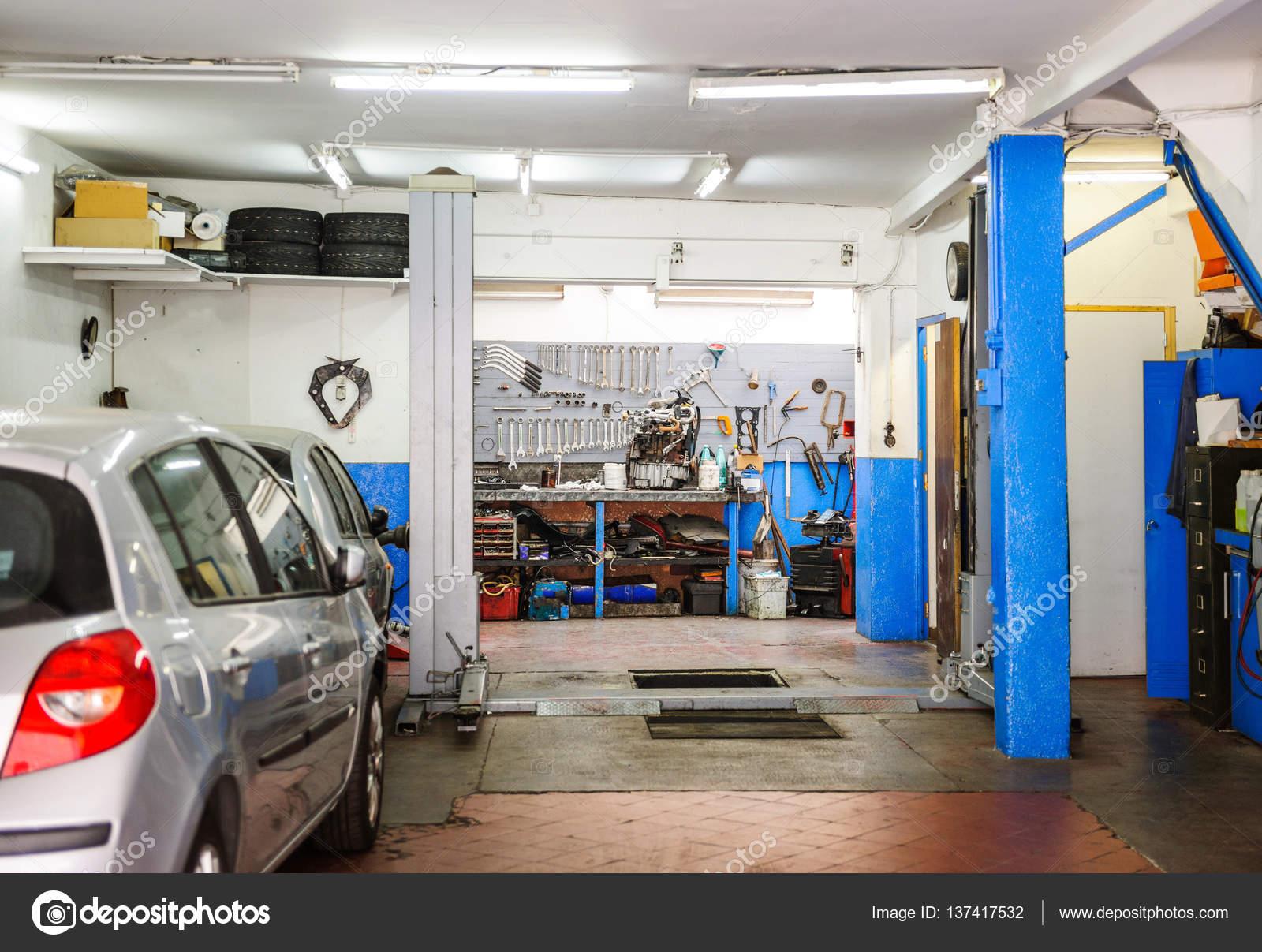 Nye Garage service entré med verktyg, hiss och bil — Stockfotografi WC-52