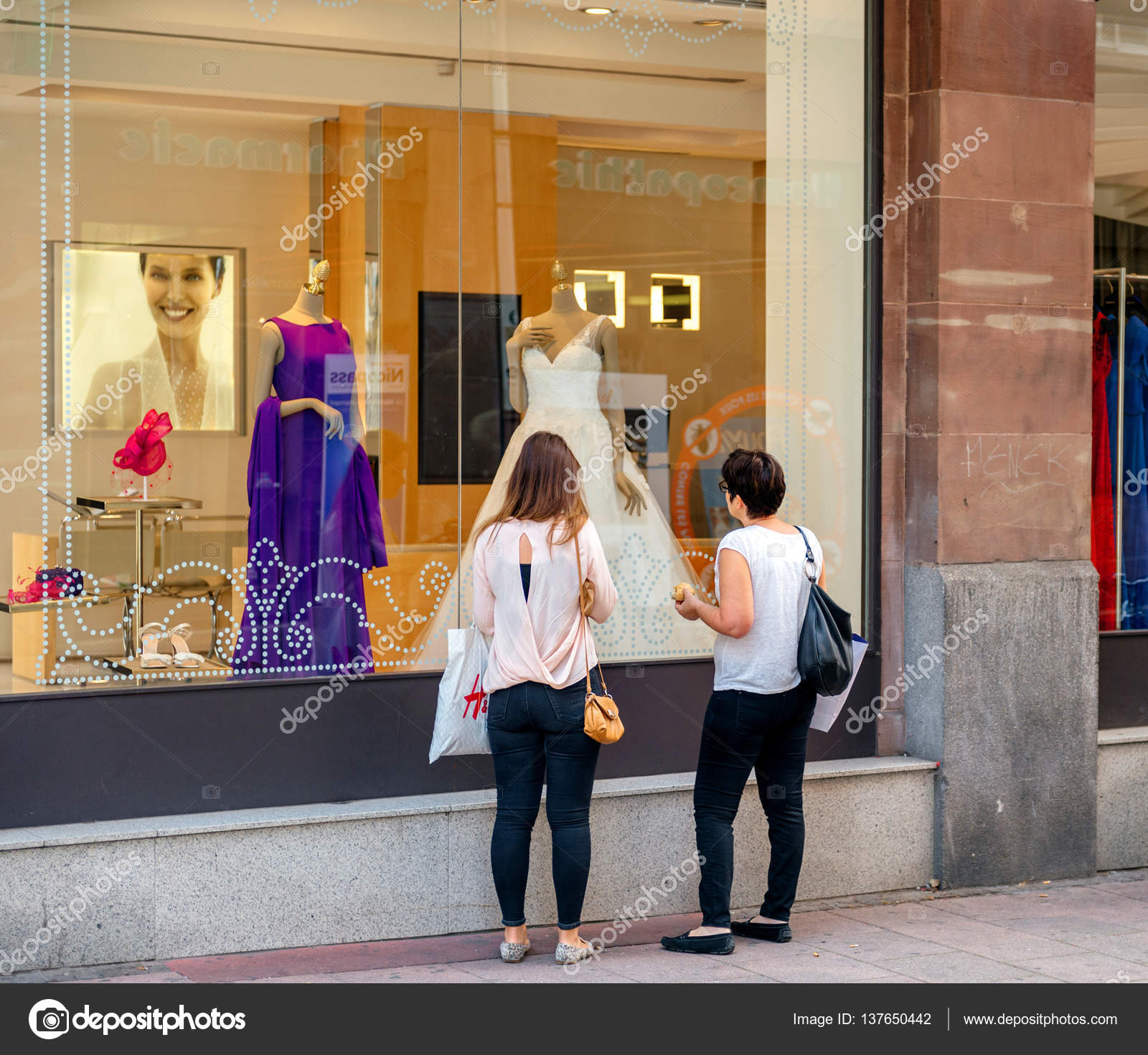 Mutter und Tochter kaufen Hochzeit Kleid im Mode Shop boutiq ...
