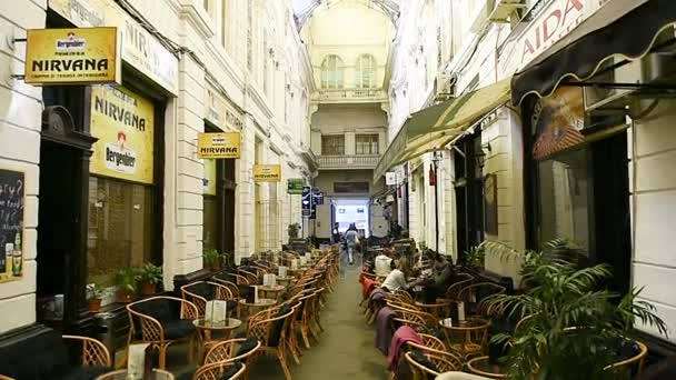 Kavárna s řádky terasa tabulky čeká na zákazníky