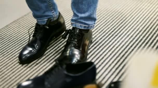 Frau versucht auf verschiedene Paare von klassische Lederschuhe in Mode-Schuh-Shop
