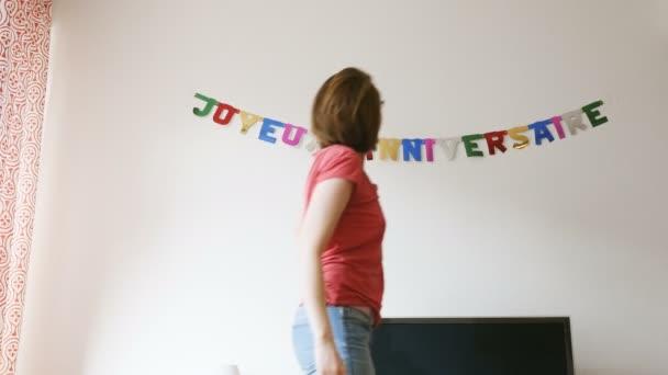 Žena připravit narozeninové party dekorace