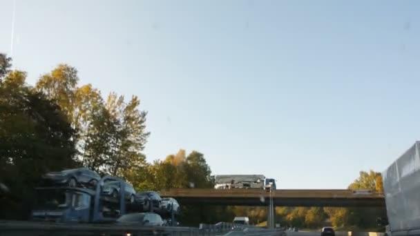 Maďarsko - cca 2016: Dálnice s vozy jízdy na mostě dodávku zboží