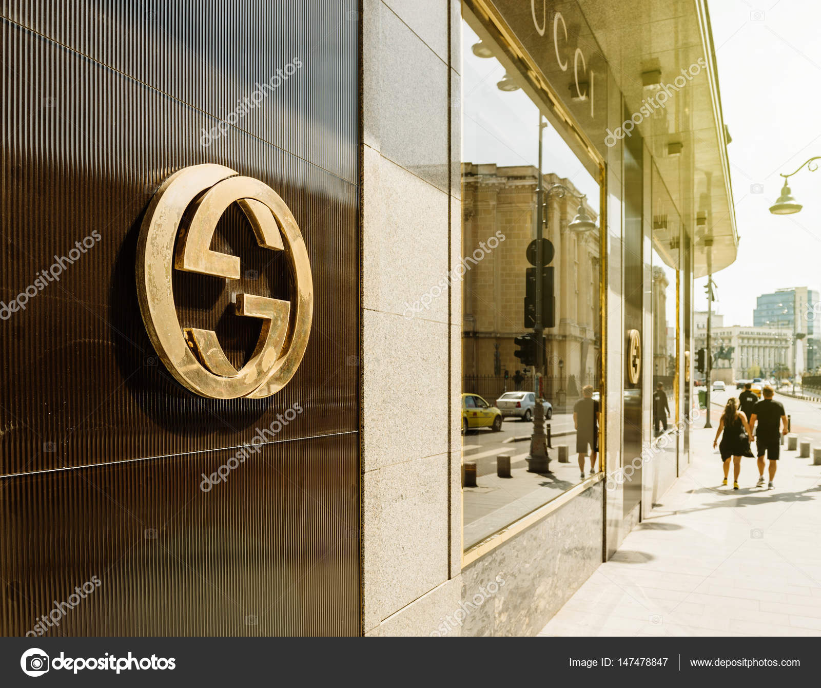 8a558d68d Bucarest, Francia - 01 de abril de 2016: Gucci muestra insignia en la moda  tienda oficial boutique flagship store en Bucarest. Gucci es una marca de  lujo ...