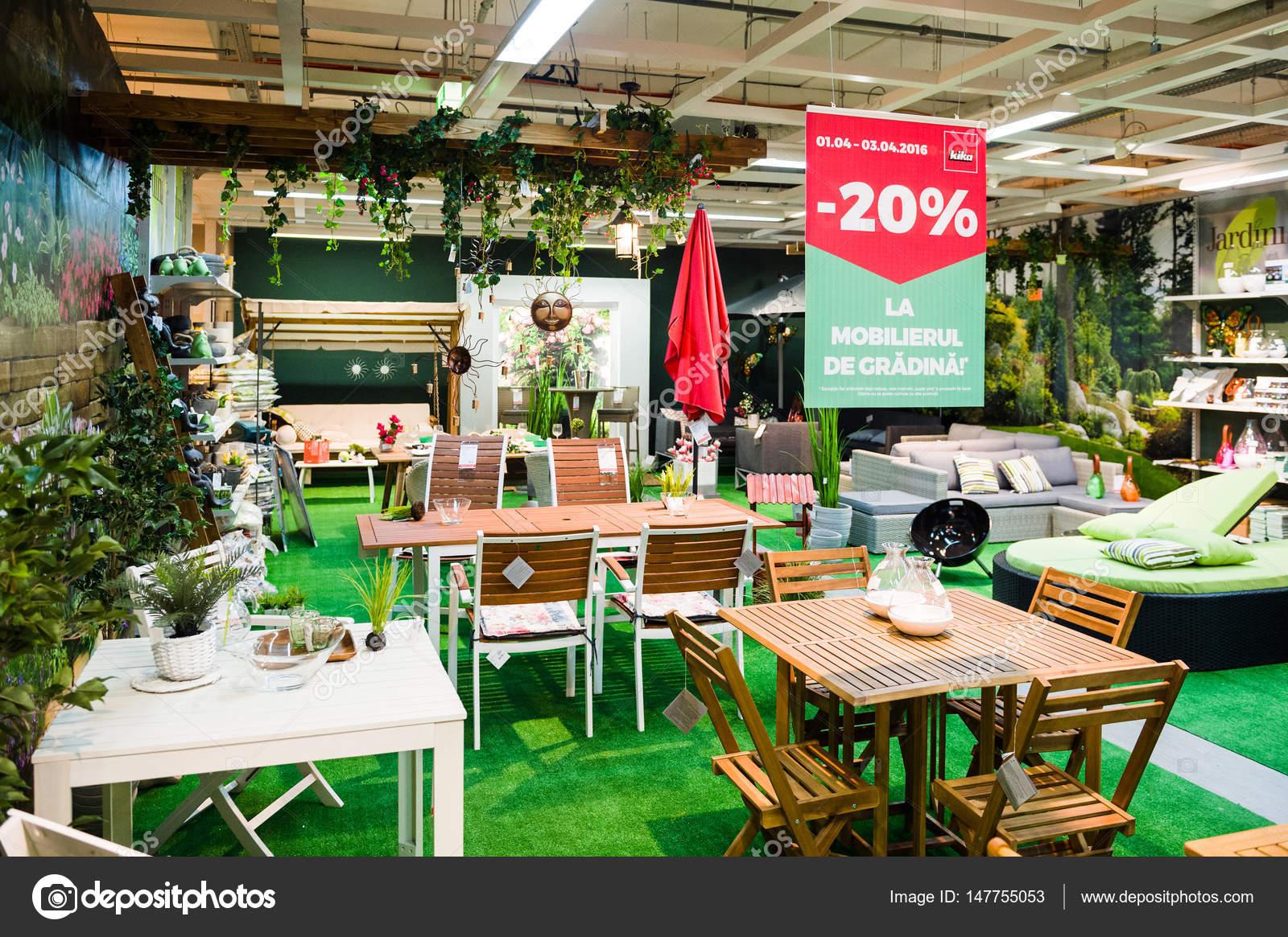 Gran selección de muebles de jardín en tienda por menor — Foto ...