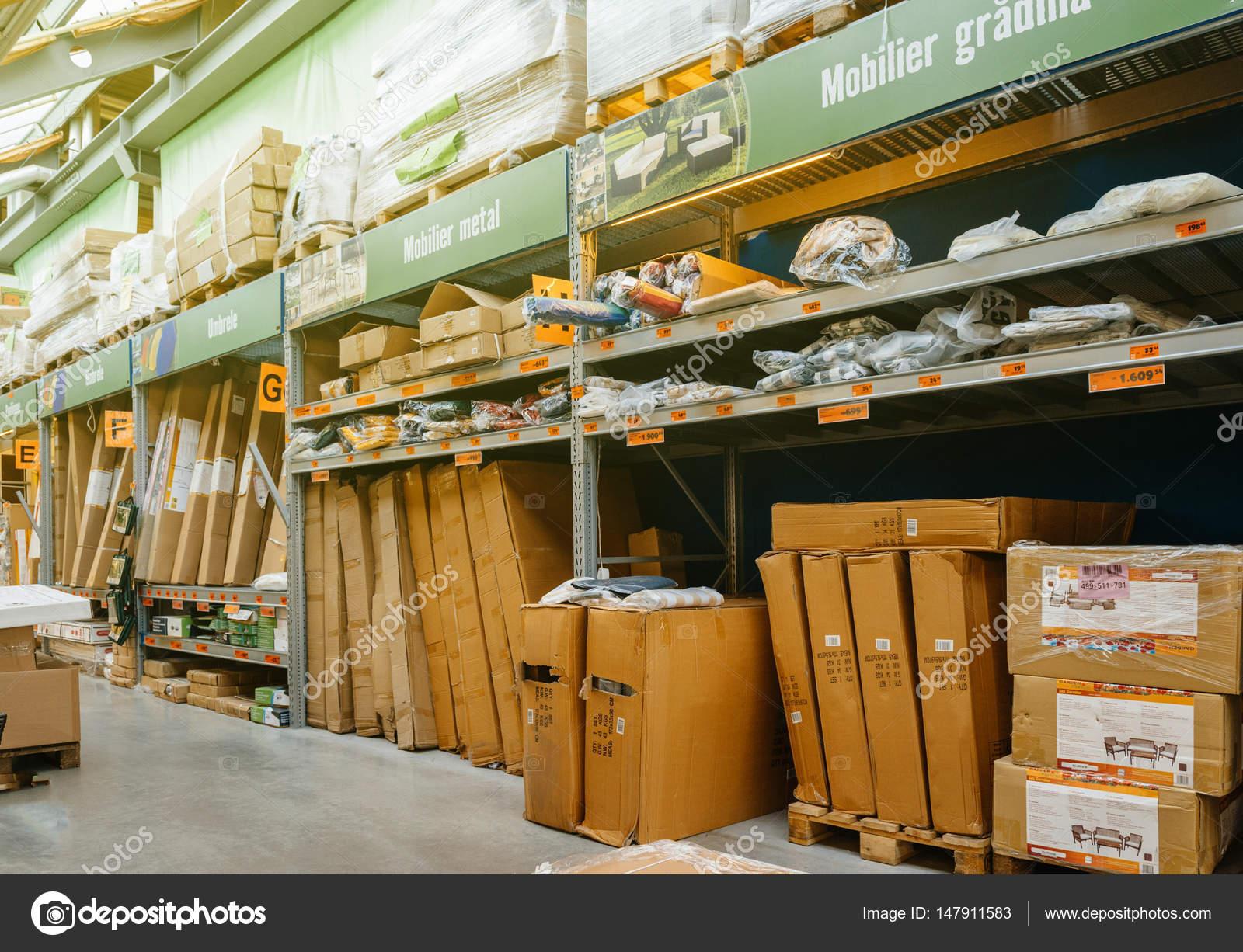 Paquetes De Muebles De Jard N En Tienda Foto Editorial De Stock  # Muebles Rumanos