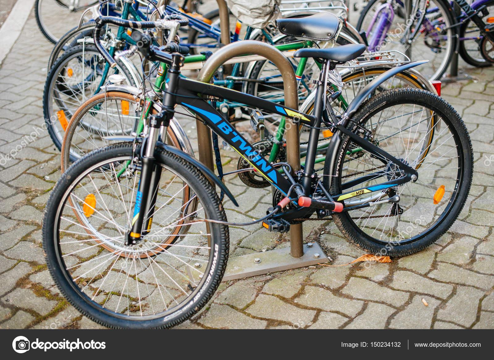 5a94eb10c66 Strasbourg, Frankrijk - 13 februari 2017: Moderne Btwin fiets geparkeerd in  het centrum parkeren - B'Twin ins een brandewijn door Decathlon is één  van's ...
