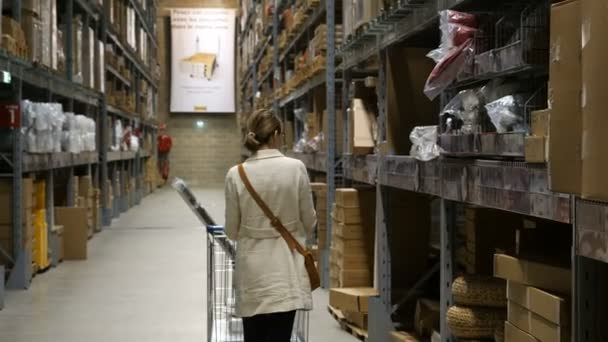 Mujeres cliente en tienda de muebles Ikea — Vídeos de Stock ...