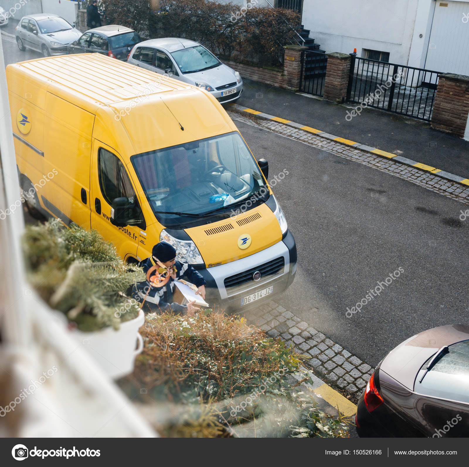 36e6367a3d Parcel delivery by postal worker – Stock Editorial Photo ...
