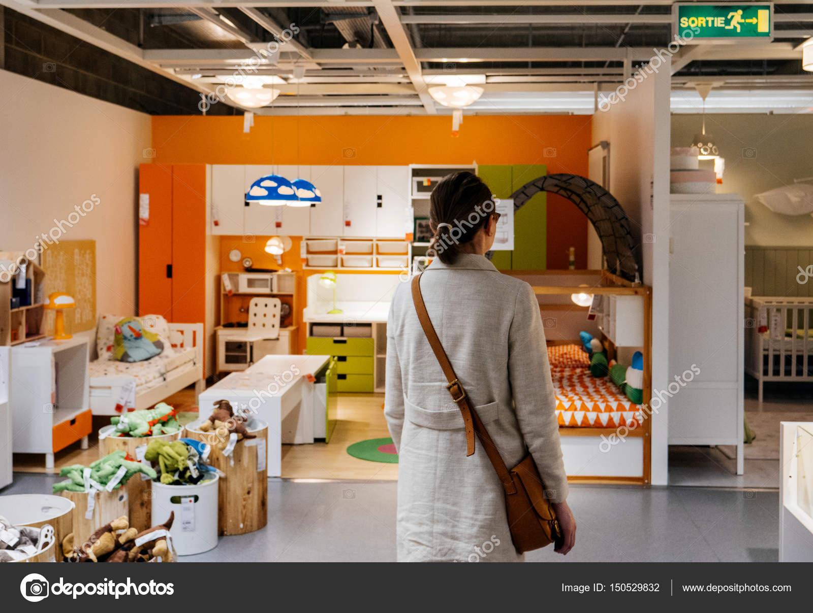 Mobili Ikea Bambini : Bambini in camera mobili al centro commerciale ikea u foto