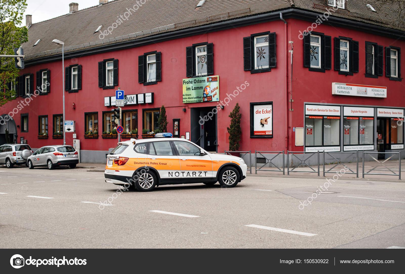 Krankenwagen, die Unfallstelle in deutschen Stadt schnell angekommen ...