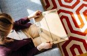 Žena unboxing vybalení Amazon.com box