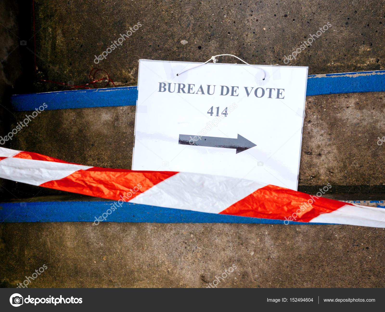 Mesa de voto sinal na listra seguro piso danificado u stock photo
