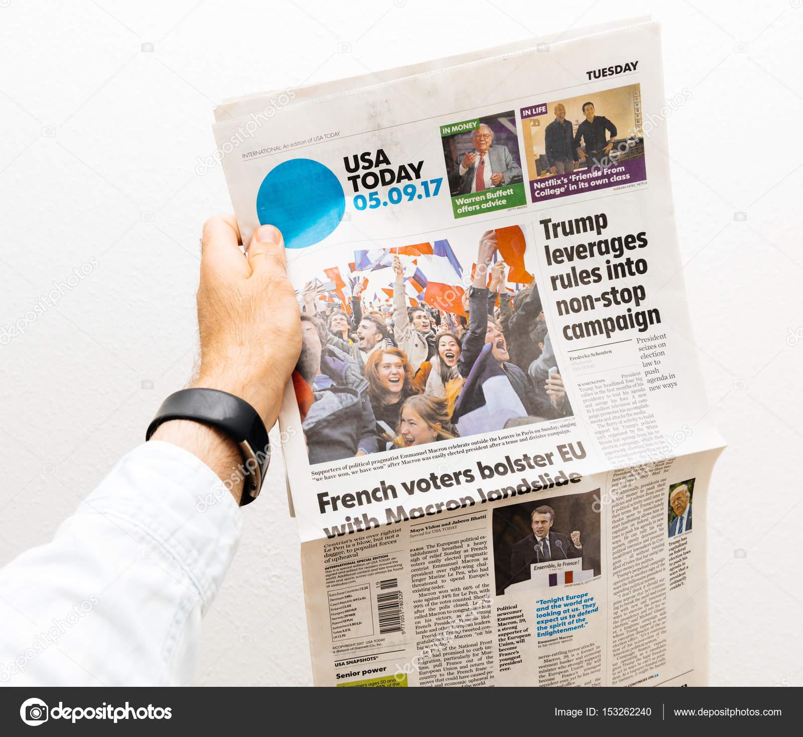 Uomo Che Tiene Il Quotidiano Usa Today Con Emmanuel Macron Su Primo
