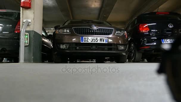 Těsné zaparkovaných aut v podzemní garáži
