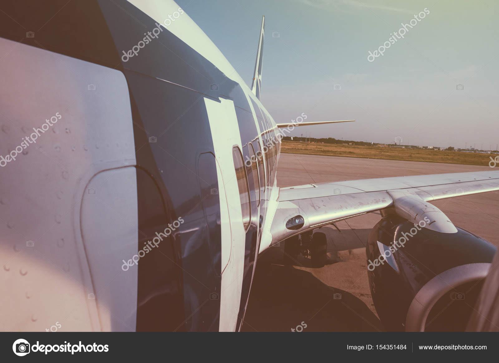 Moderne Flugzeuge Flügel und Rumpf Teil Landung ausziehen aus m ...