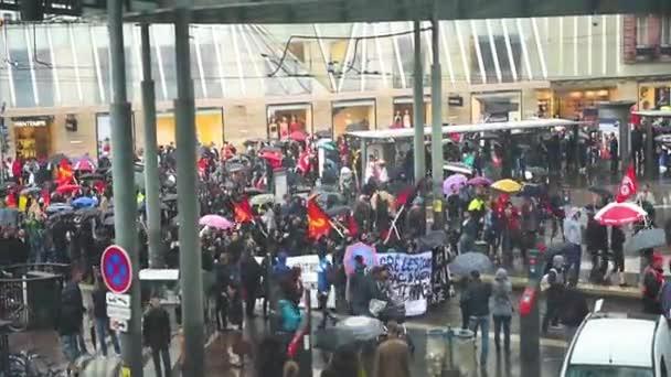 dav lidí, kteří jdou na ulici s budovami včas deštivo