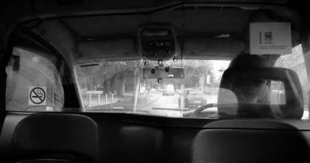 Oxford, Velká Británie - cca 2016:black a bílé zadní pohled přes bezpečnostní taxy sklo