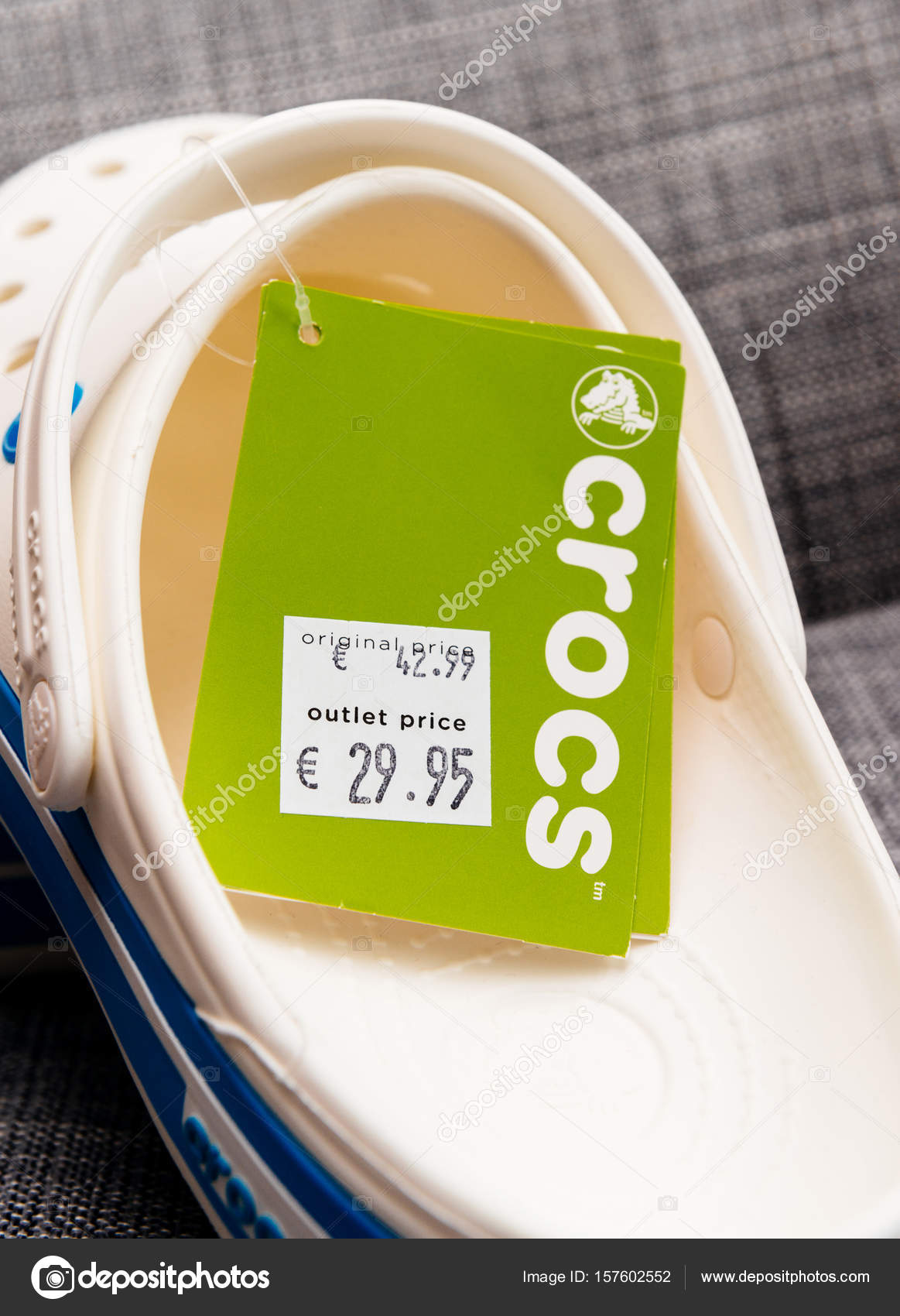 7b709b6c218 Crocs τσόκαρα παπούτσια ψώνια τσάντα σε γκρίζο φόντο– Εκδοτικές Φωτογραφίες  Αρχείου