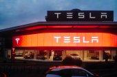 Tesla Motors Showroom mit Autos innen und beleuchtete Logo Kleie