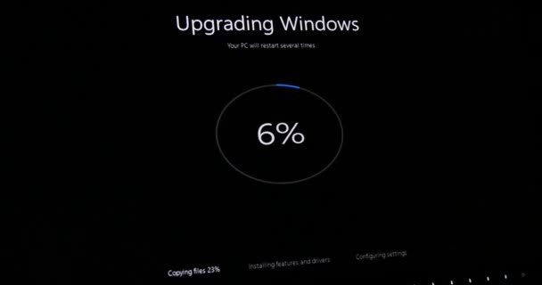 Screen with message - Upgrading windows 10