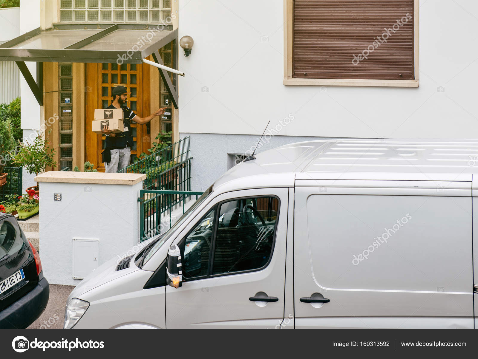 fb4a32d8cb Delivery man with parcel at the door – Stock Editorial Photo ...