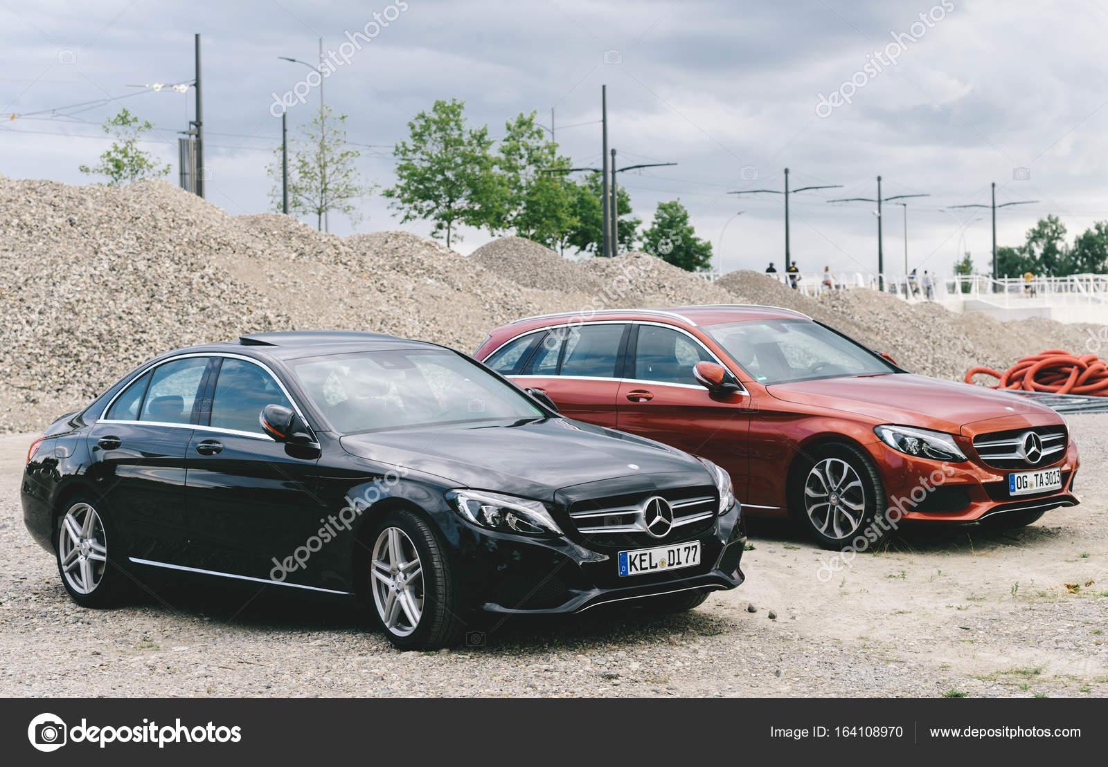Twee Mercedes Benz C Klasse W205 Zwarte Sedan En Rode Station Wago