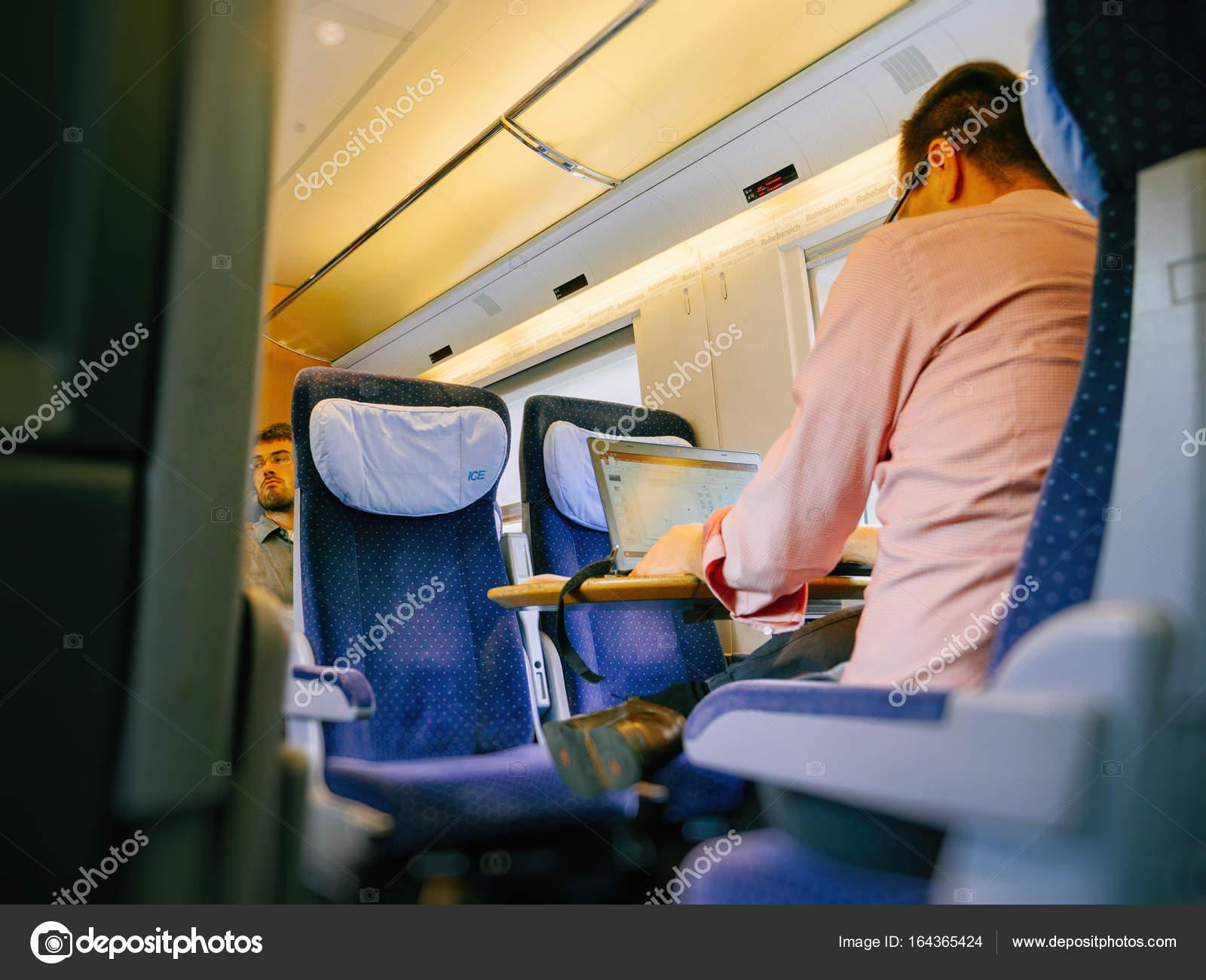 高速鉄道でノート パソコンで作...
