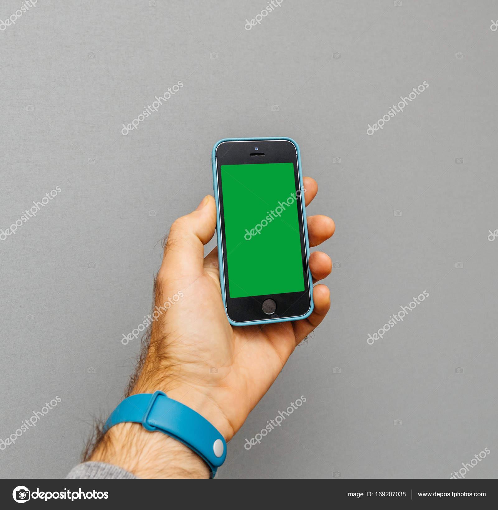 Uomo Che Tiene Più Recenti Iphone Se Con Copertura Di Protezione In
