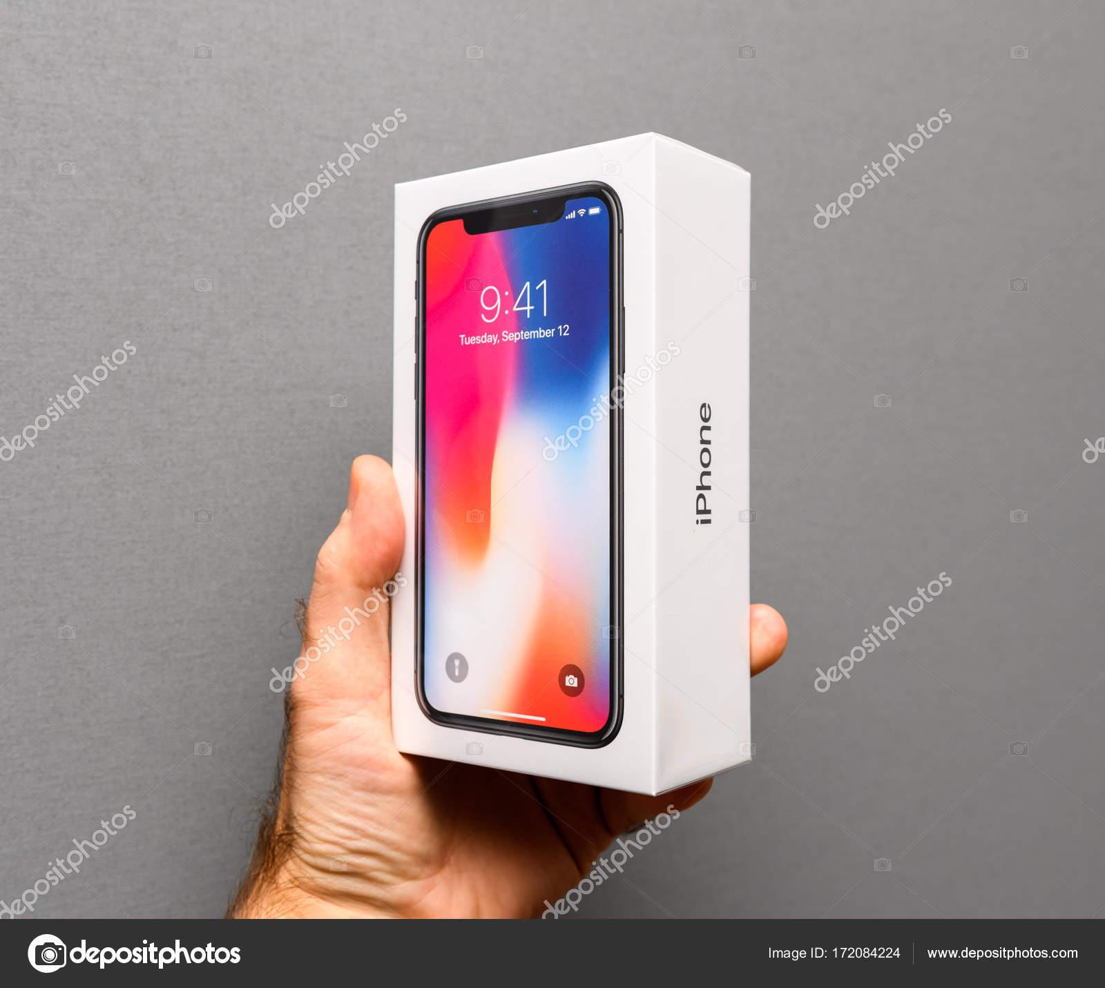 Uomo Che Tiene Apple Iphone X10 Su Sfondo Grigio Foto Editoriale